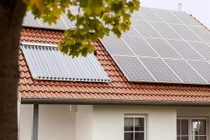 Mit Solarkollektor für die Solarthermie (links im Bild) und PV-Anlage erzeugen Sie eigene Solarwärme und eignen Strom.