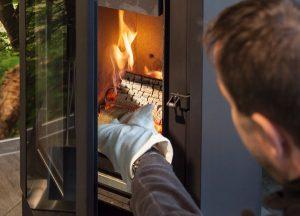 Holzfeuer, die archaische Form der Wärmenutzung, kann mit einem modernen Kaminofen gefahrlos genutzt werden.